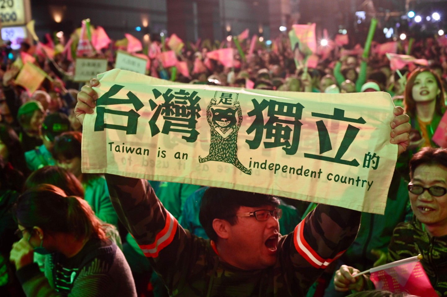 A supporter of Taiwan President Tsai Ing-wen displays a banner outside the campaign headquarters in Taipei on 11 January 2020. (Sam Yeh/AFP)
