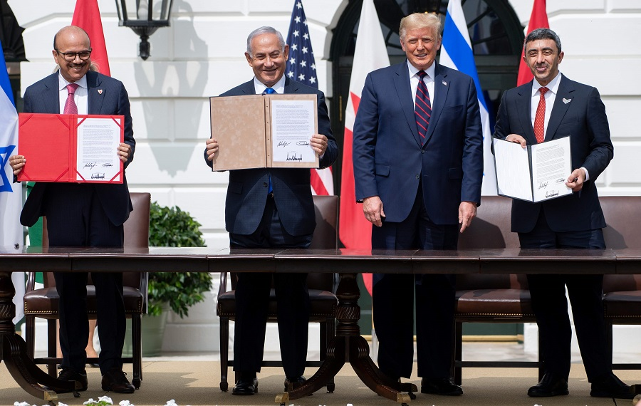 (left to right) Bahrain Foreign Minister Abdullatif bin Rashid Al Zayani, Israeli Prime Minister Benjamin Netanyahu, US President Donald Trump, and UAE Foreign Minister Sheikh Abdullah bin Zayed Al Nahyan hold up documents after participating in the signing of the Abraham Accords where the countries of Bahrain and the United Arab Emirates recognise Israel, at the White House in Washington, DC, 15 September 2020. (Saul Loeb/AFP)