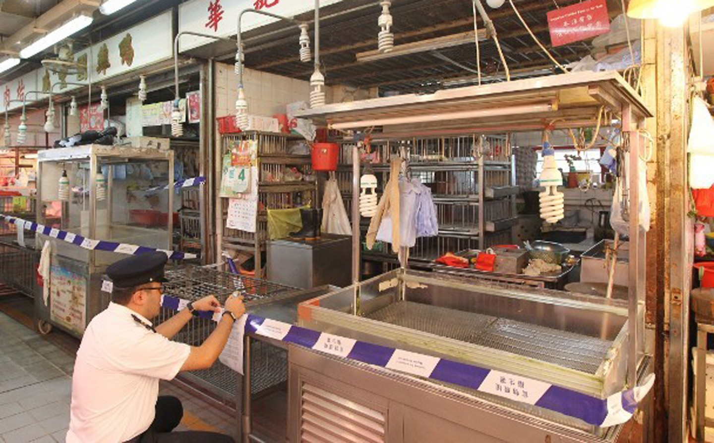 Poultry stalls in Hong Kong are not allowed to sell live chickens from 5 June 2016, in light of H7N9 bird flu virus found in a sample test. (orientaldaily.on.cc)