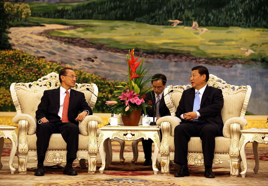Singapore Foreign Minister George Yeo (left) holding talks with Chinese Vice-President Xi Jinping at the Great Hall of the People in Beijing on 19 August 2009. Mr Yeo is on an eight-day official visit to China. (SPH)
