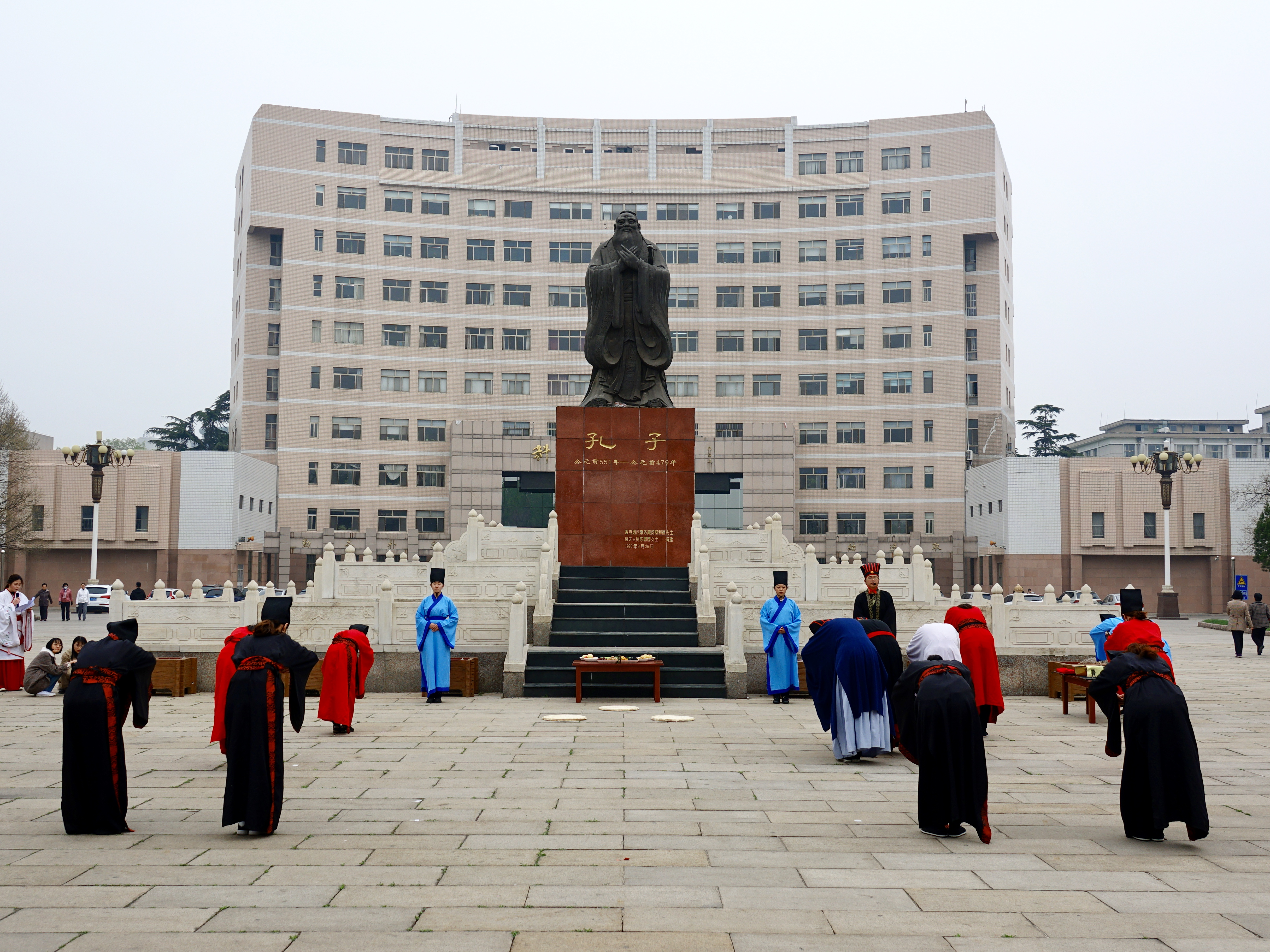 Teachers and students in Han robe worshipping Confucius. (iStock)
