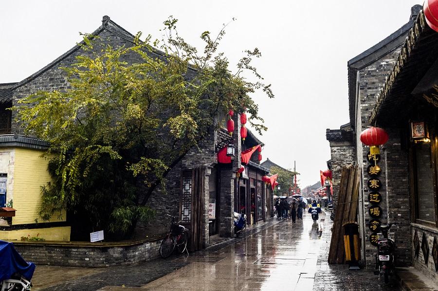 A traditional shopping street in Yangzhou. (iStock)