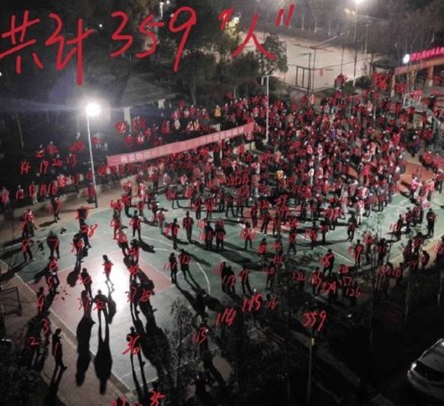 A netizen counted the number of people and found that over 300 people had gathered at the basketball court, not the 100 that officials have claimed.
