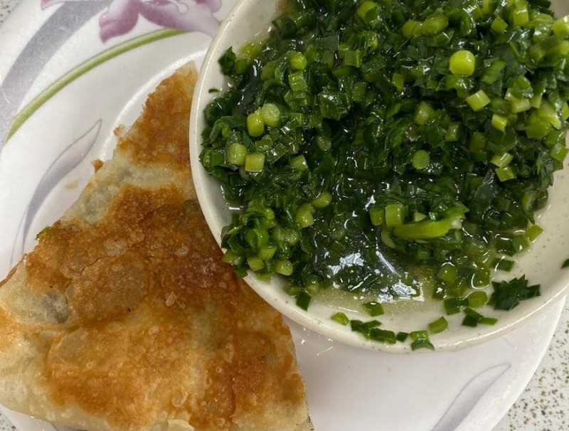 A humble plate of scallion pancake with chive sauce. (Facebook/蔣勳)