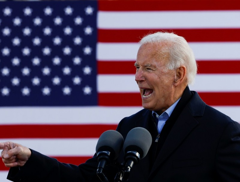 Democratic US presidential nominee and former Vice President Joe Biden gestures as he speaks during a drive-in campaign stop in Des Moines, Iowa, US, 30 October 2020. (Brian Snyder/Reuters)