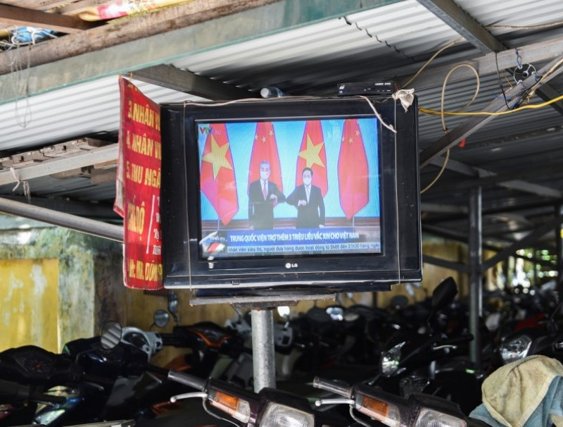 A television displays news about Chinese foreign minister Wang Yi's visit to Vietnam, at a street in Hanoi, Vietnam, 11 September 2021. (Stringer/Reuters)