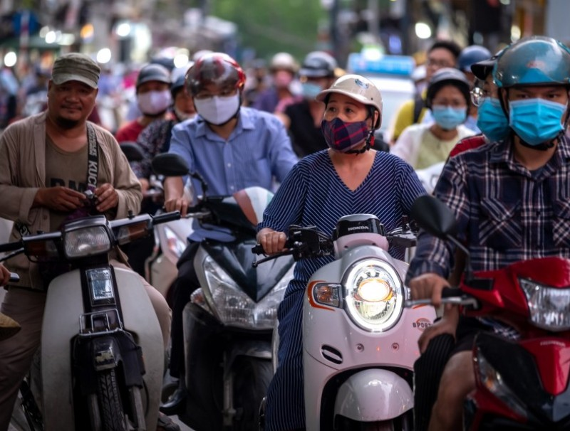 Motorcyclists wearing protective masks sit in traffic in Hanoi, Vietnam, 18 September 2020. (Linh Pham/Bloomberg)