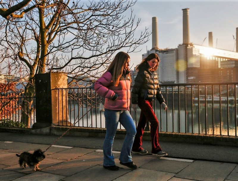 Pedestrians walk along the banks of the River Thames in view of the Battersea Power Station office, retail and residential development in the Nine Elms district in London, UK, 7 January 2021. (Hollie Adams/Bloomberg)
