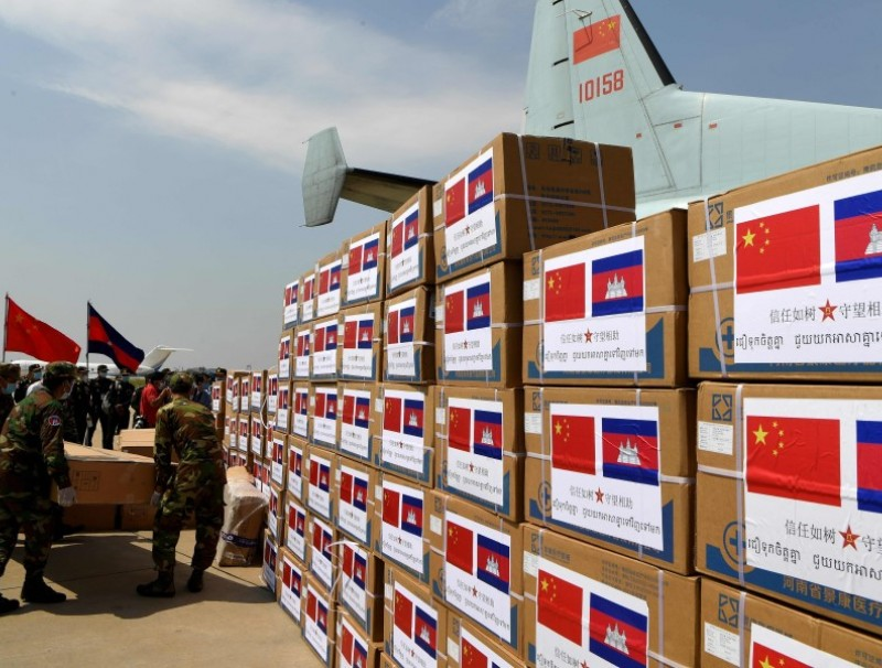 Cambodian soldiers carry aid including medical equipment from China, to be used to combat the spread of the COVID-19 coronavirus, at Phnom Penh International Airport in Phnom Penh, 25 April 2020. (Tang Chhin Sothy/AFP)