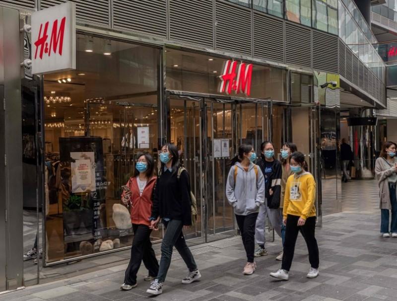 People walk past anH&Mstore in Beijing on 5 April 2021. (Nicolas Asfouri/AFP)