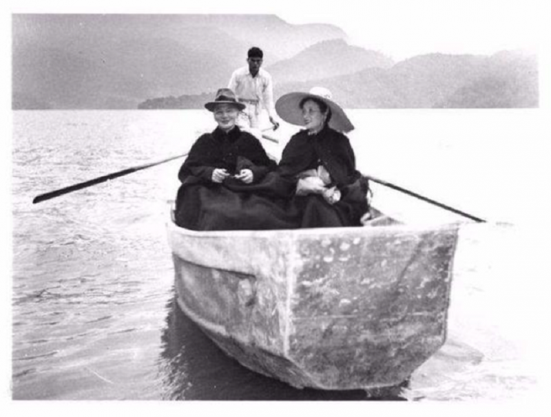 Chiang Kai-shek and Soong Mei-ling in a boat on Sun Moon Lake. (Internet)