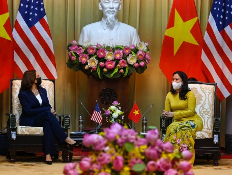 US Vice President Kamala Harris (L) talks to Vietnam's Vice President Vo Thi Anh Xuan at the Presidential Palace in Hanoi on 25 August 2021. (Manan Vatsyayana/AFP)