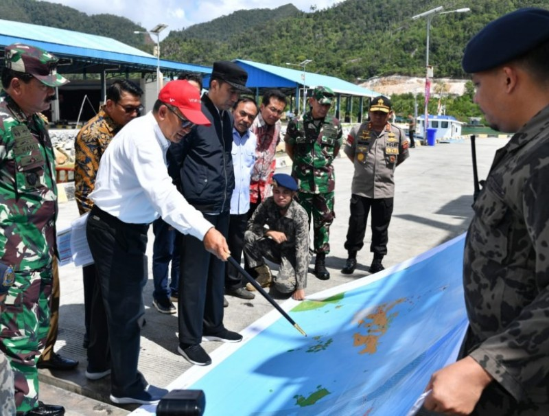 President Jokowi listens to explanation on Natuna Water map at Lampa Strait Integrated Maritime Affairs and Fisheries Center Natuna Regency, 8 January 2020. (Cabinet Secretariat of Indonesia website)