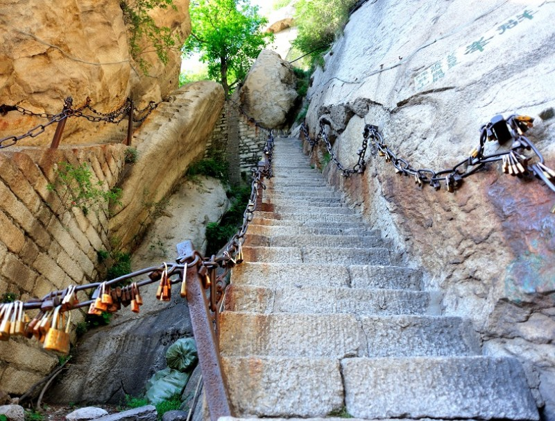 The Thousand-Foot Precipice of Mount Hua (华山). (iStock)