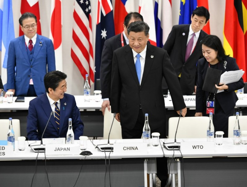 Japanese Prime Minister Shinzō Abe (L) and Chinese President Xi Jinping attend the first working session of the G20 Summit. (G20 OSAKA)