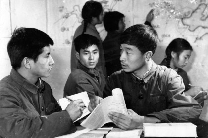 In 1974, Qiu Yaotian (second from left) was given a recommendation to study Chinese at the Shuangyashan Normal School, the most important turning point in his life. (Photo: Qiu Yaotian)