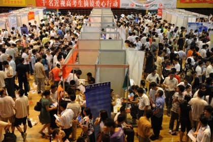 Chinese parents and their children gather at an education fair in Hefei, eastern China's Anhui province, as they search for suitable colleges for further education on June 27, 2009. (AFP)