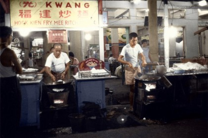 A stall selling Hokkien fried noodles in the 1950s, Singapore. The Chinese in Singapore were mainly emigrants from the Guangdong and Fujian provinces of China, and their food reflects the characteristics of their hometown. But fried Hokkien noodles is a dish unique to Singapore.