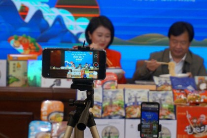 Guilin deputy mayor Xie Lingzhong with a live-streamer on Taobao Live to introduce Guilin food products, April 16, 2020. (CNS)