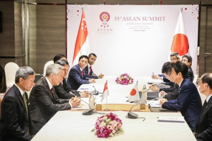 Singapore's Prime Minister Lee Hsien Loong (left, with mic) and Japanese Prime Minister Shinzō Abe had a bilateral meeting on the sidelines of the 2019 ASEAN summit. (SPH)