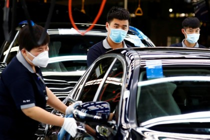 Employees at a plant of Daimler-BAIC joint venture's Beijing Benz Automotive Co in Beijing, 13 May 2020. (Thomas Peter/REUTERS)