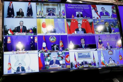 ASEAN leaders are seen on a screen as they attend the 4th Regional Comprehensive Economic Partnership Summit as part of the 37th ASEAN Summit in Hanoi, Vietnam, 15 November 2020. (Kham/REUTERS)