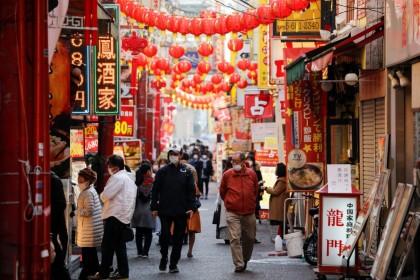 Passersby wearing protective face masks walk on the street at Yokohama'sChinatown, amid the coronavirus disease (COVID-19) outbreak, in Yokohama, south of Tokyo,Japan, 1 December 2020. (Issei Kato/REUTERS)