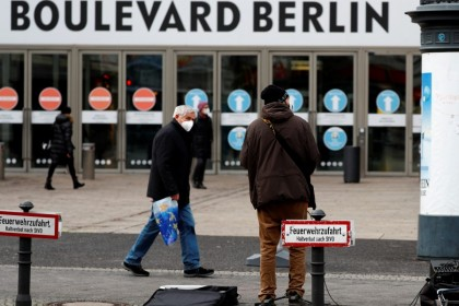 People at Schlossstrasse shopping boulevard, amid the coronavirus disease (COVID-19) pandemic during lockdown in Berlin, Germany, 25 January 2021. (Fabrizio Bensch/REUTERS)
