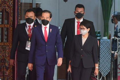 Indonesian President Joko Widodo and Indonesian Foreign Minister Retno Marsudi walk as they attend the ASEAN leaders' summit at the the Association of Southeast Asian Nations (ASEAN) secretariat building in Jakarta, Indonesia, 24 April 2021. (Muchlis Jr/Indonesian Presidential Palace/Handout via Reuters)