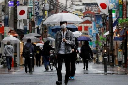 A man wearing a protective face mask, amid the coronavirus disease (COVID-19) pandemic, makes his way at a local shoppingstreetin Tokyo,Japan, 5 May 2021. (Kim Kyung-Hoon/Reuters)