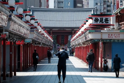 People walk past closed stores on the Nakamise shopping street leading to the Sensoji temple in the Asakusa district of Tokyo, Japan, on 25 April 2020. (Soichiro Koriyama/Bloomberg)