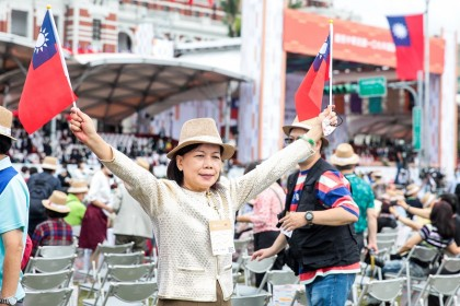 An attendee holds Taiwan flags during National Day celebrations in Taipei, Taiwan, 10 October 2020. (I-Hwa Cheng/Bloomberg)