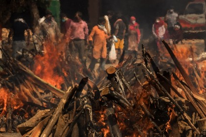 Funeral pyres burn at a crematorium in New Delhi, India 23 April 2021. (Anindito Mukherjee/Bloomberg)