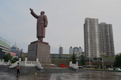 A worker stands in front of Mao Zedong sculpture at Dandong station at the border city of Dandong, in China's northeast Liaoning province on 11 August 2021. (Noel Celis/AFP)