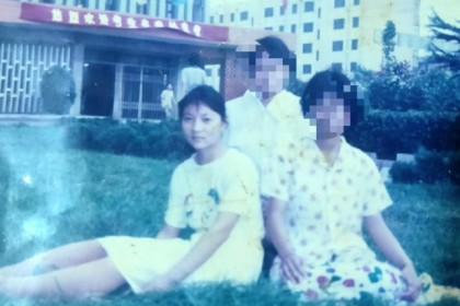 Gou Jing and her friends, taken a day before she took the gaokao in 1997. (Weibo)