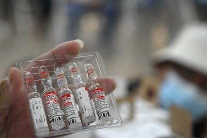 A nurse shows vials of the Sputnik V vaccine, 19 August 2021. (Orlando Sierra/AFP)