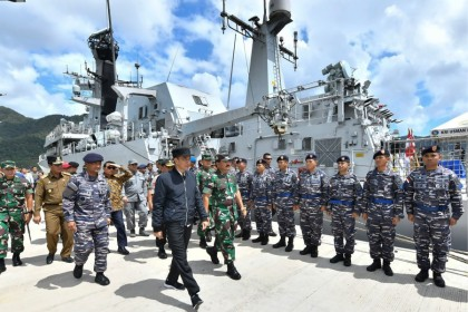 Indonesia's President Joko Widodo (C) during his visit to a military base in the Natuna islands, which border the South China Sea. (Handout/Presidential Palace/AFP)