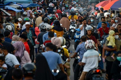People in a street market in Banda Aceh on 14 April 2021. (Chaideer Mahyuddin/AFP)