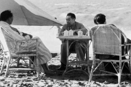 Mao Zedong (left) and Zhou Enlai (center) chat on Beidaihe beach in 1954. (Wikimedia)