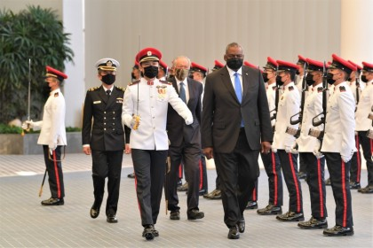 US Defence Secretary Lloyd Austin reviewing a Guard of Honour at Singapore's Ministry of Defence (MINDEF), 27 July 2021. (Ministry of Defence Singapore)