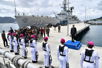 Indonesian President Joko Widodo inspects Indonesian navy ships at Lampa Strait Navy Base, 8 January 2020. (Indonesia Cabinet Secretariat website)