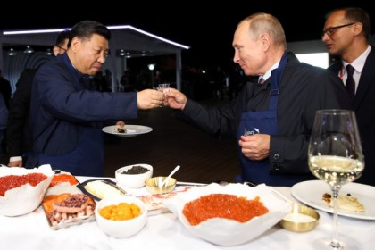 Russian President Vladimir Putin and Chinese President Xi Jinping toast during a visit to the Far East Street exhibition on the sidelines of the Eastern Economic Forum in Vladivostok, Russia, 11 September 2018. (Sergei Bobylev/TASS Host Photo Agency via REUTERS)
