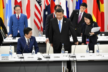 Japanese Prime Minister Shinzo Abe (L) and Chinese President Xi Jinping attend the first working session of the G20 Summit in Osaka, 28 June 2019. (G20 OSAKA)